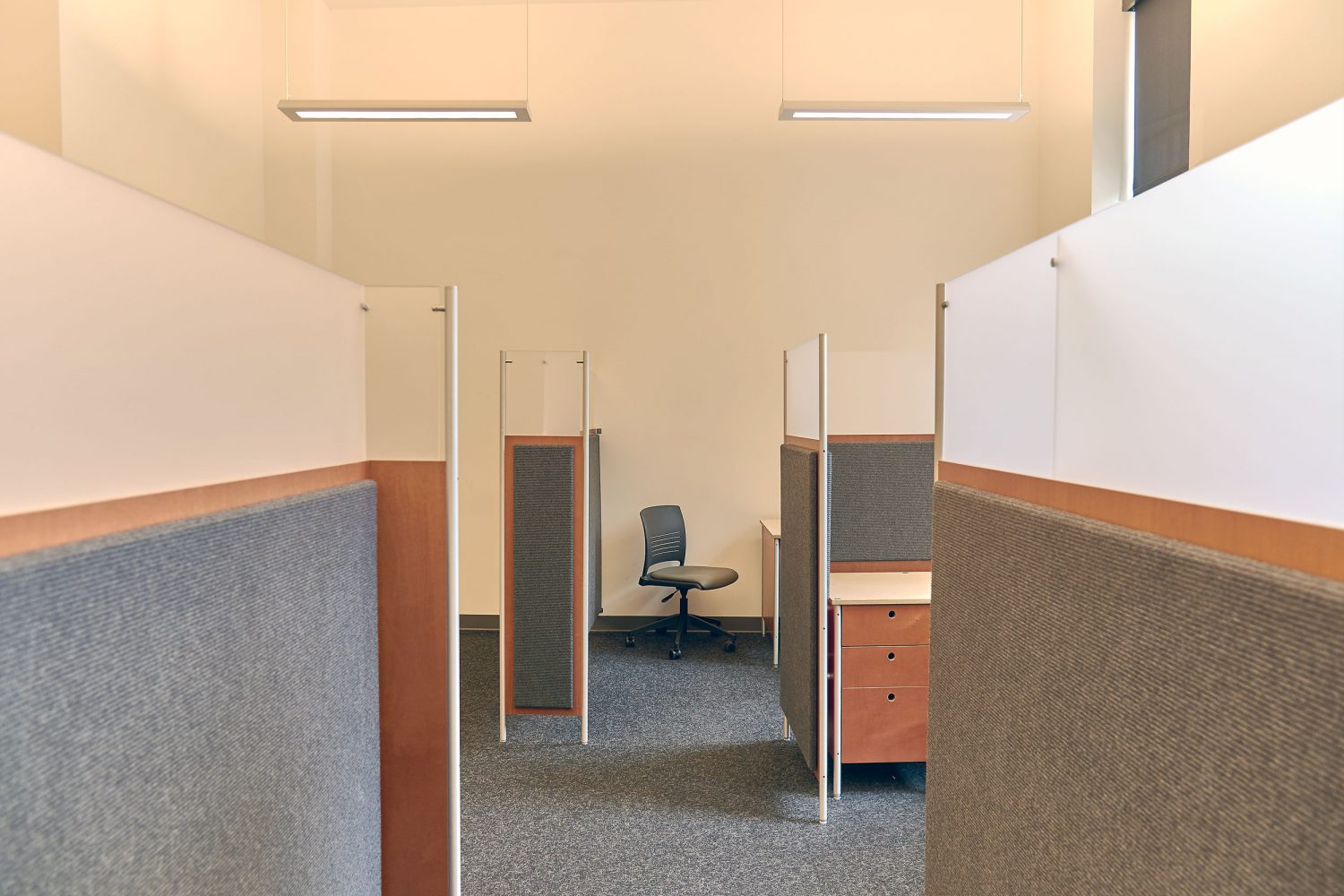 workstations with soundsoak partition single pedestal